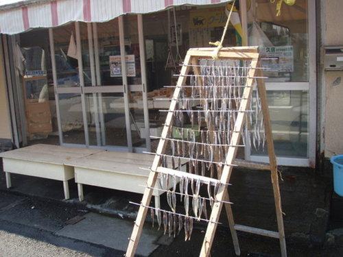 お店の前で自家製干物造り